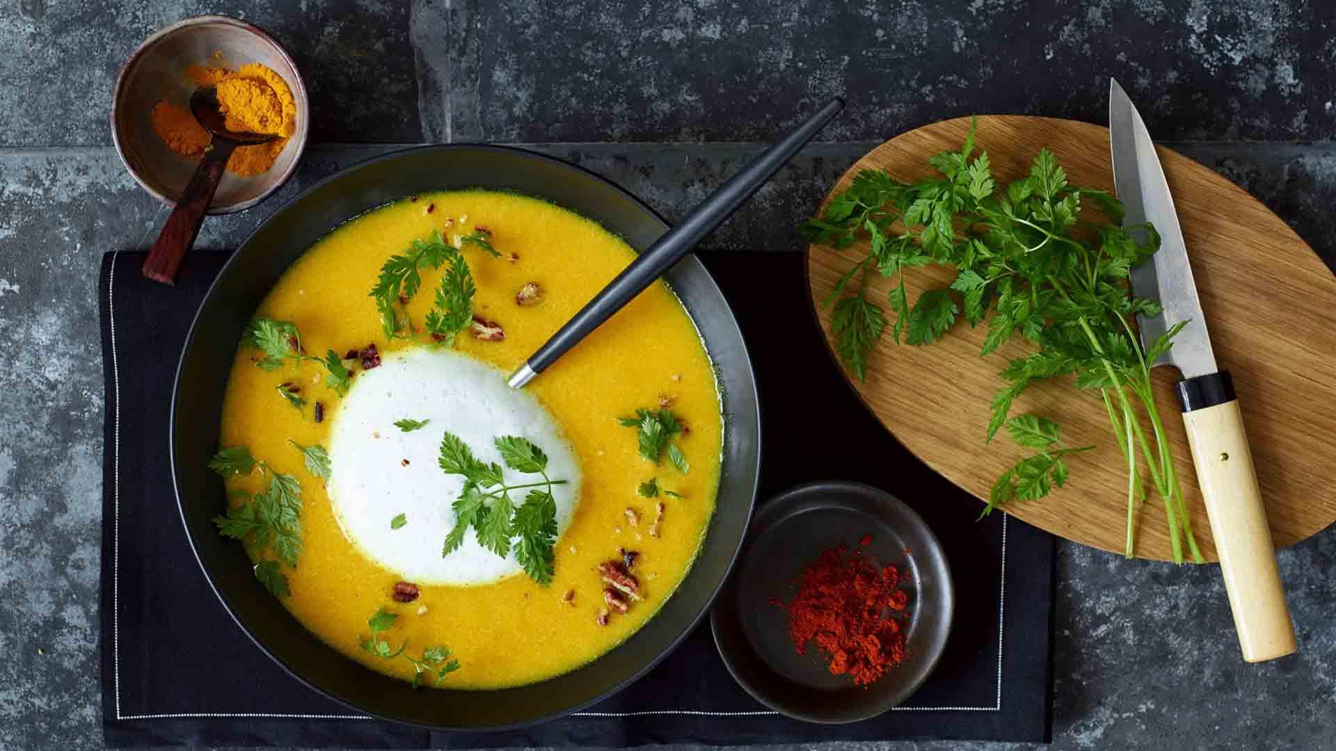 Supă de ardei galben cu spumă de lapte cu vanilie
