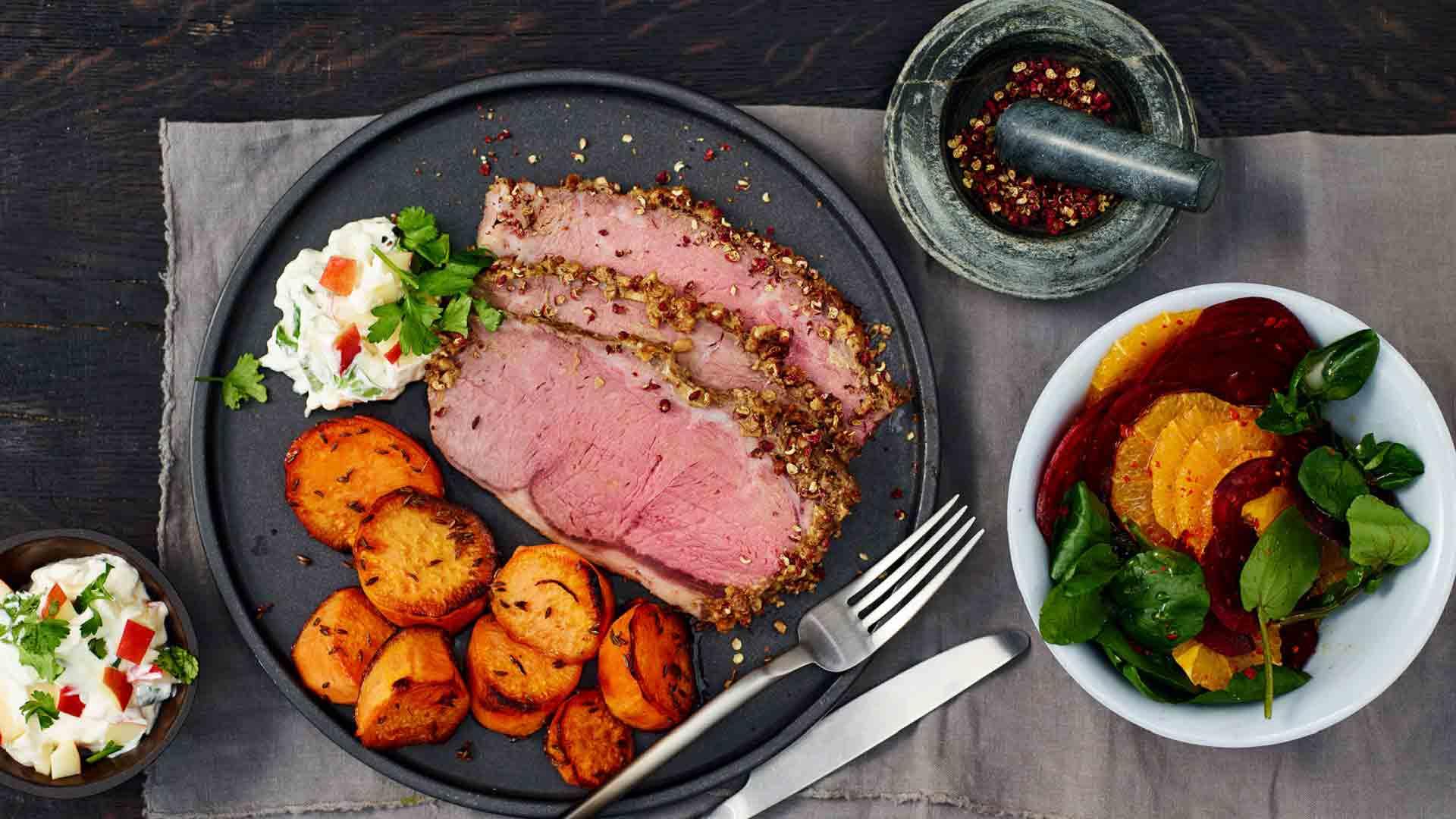 Vită cu piper și salată de sfeclă roșie cu portocală, alături de felii de cartof dulce cu chimen