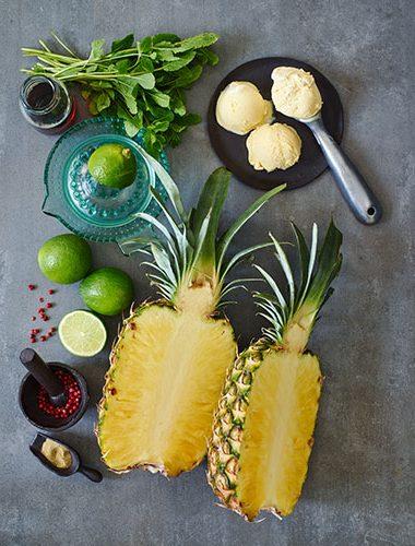 Ananas la grătar cu vinegretă de piper roz și rozmarin