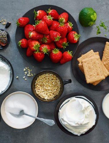 Cheesecake cu căpșuni și lavandă, sos de căpșuni și boabe de Tonka