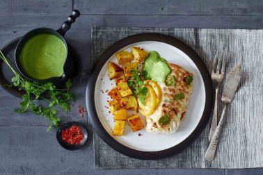 Cod cu dafin și lămâie, cu cartofi copți și sos verde