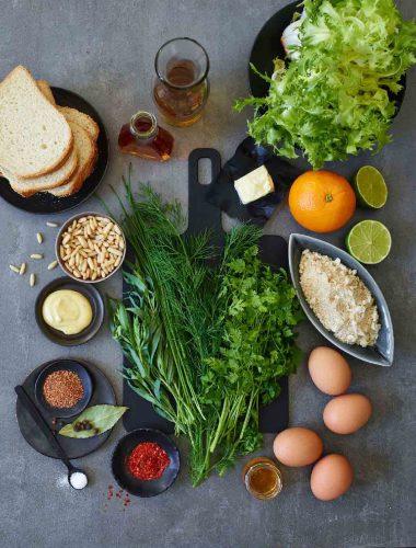 Ouă poșate condimentate cu muștar și verdeață