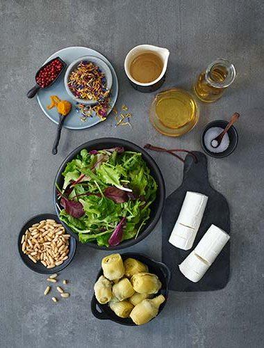 Salată de anghinare cu brânză de capră și piper roz