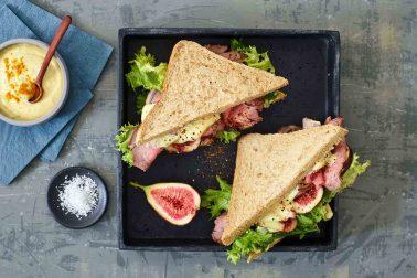 Sandwich cu friptură de vită în crustă de piper