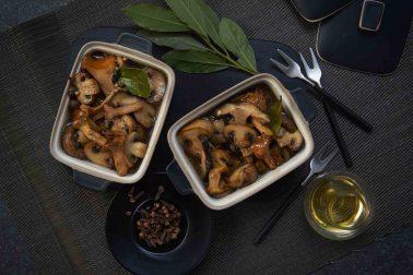 Ciuperci marinate cu piper, usturoi și foi de dafin