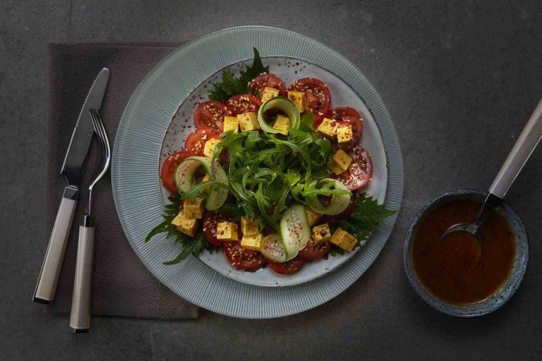 Salată de roșii cu brânză tofu și semințe de susan
