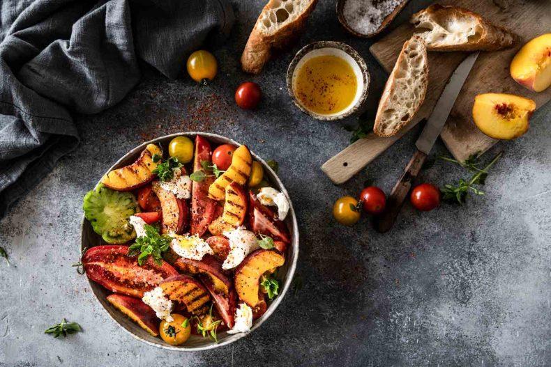 Salată de roșii cu piersici la grătar și Burrata