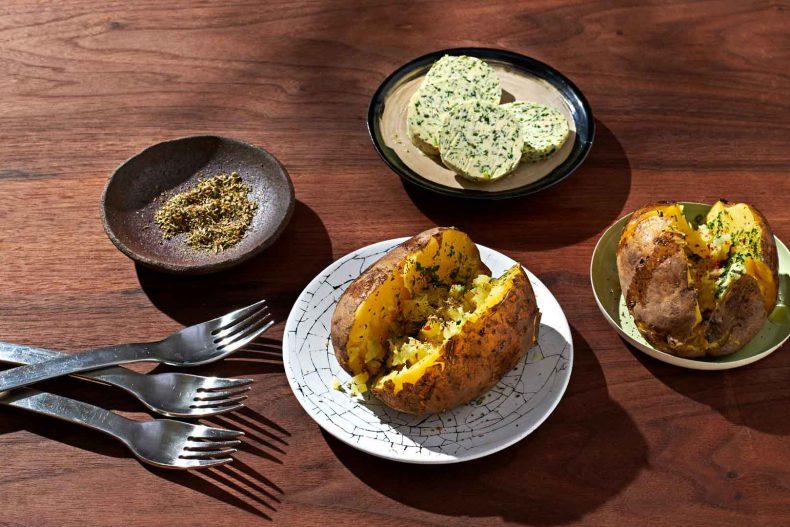 Cartofi la cuptor aromatizați cu unt și verdețuri mediteraneene