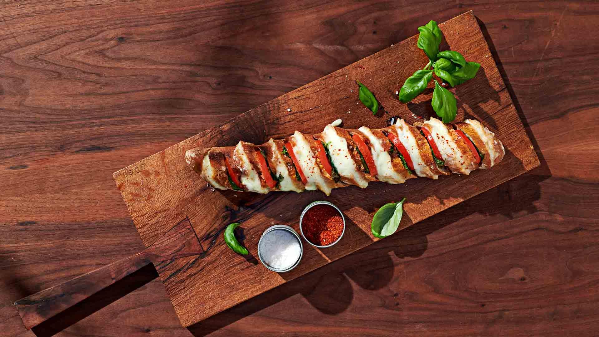 Baghetă umplută cu mozzarella și roșii