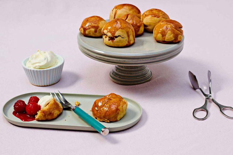 Biscuiți Scones cu sos de zmeură